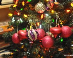 A 9 Month Pregnant Mom's Christmas Home Tour - 2nd Tree - talkinginallcaps.com