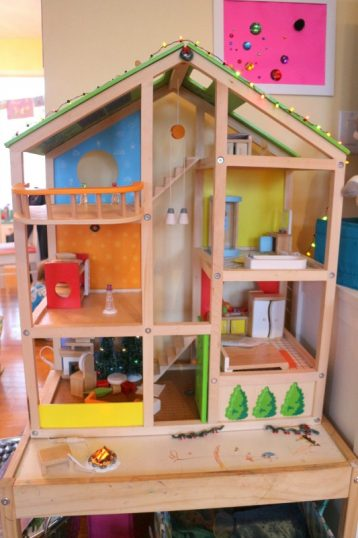 messy xmas doll house - talkinginallcaps.com